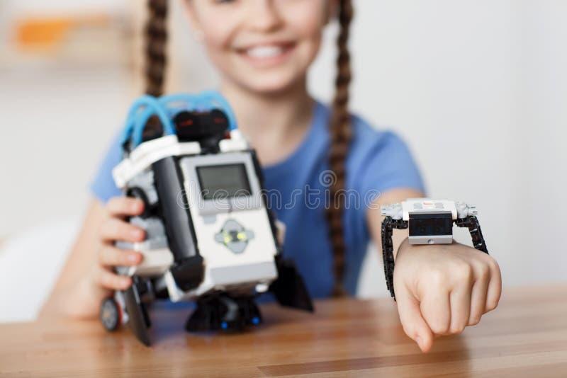 Menina agradável que joga com robô foto de stock royalty free
