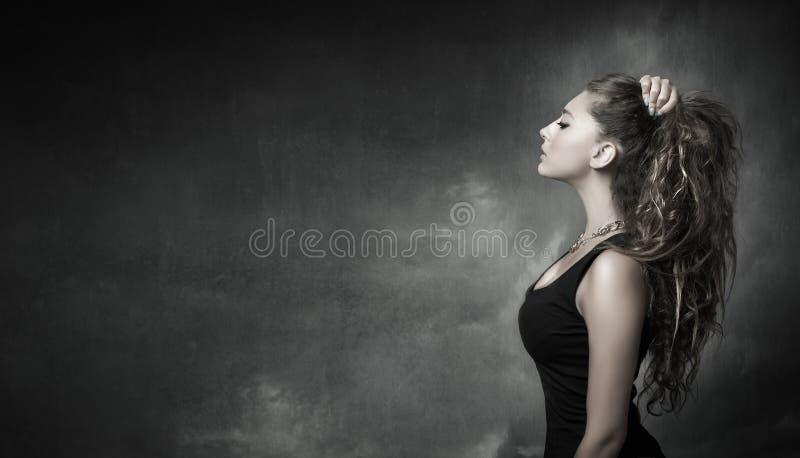 Menina agradável que olha na opinião do perfil fotografia de stock royalty free