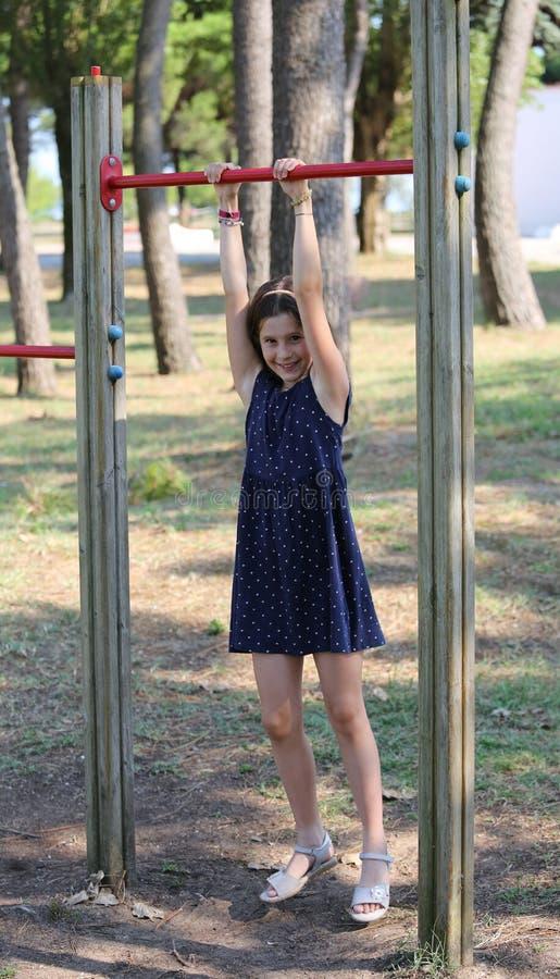 A menina agradável vestiu-se no azul ao executar o exerc do exercício fotografia de stock royalty free