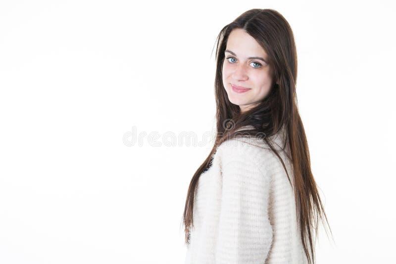 Menina alegre bonito bonita nova que sorri olhando a câmera no fundo branco foto de stock