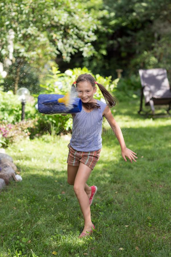 Menina alegre com água foto de stock royalty free
