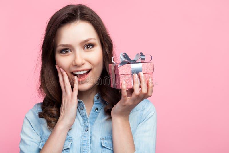 Menina alegre com giftbox fotografia de stock royalty free