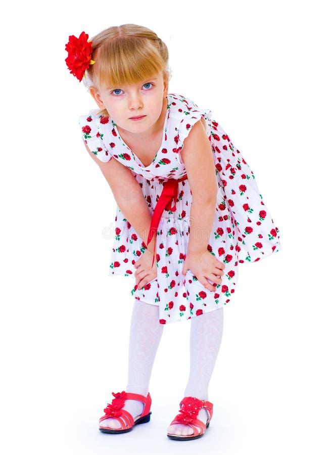 Menina alegre com rosa do vermelho, cabelo trançado imagem de stock royalty free