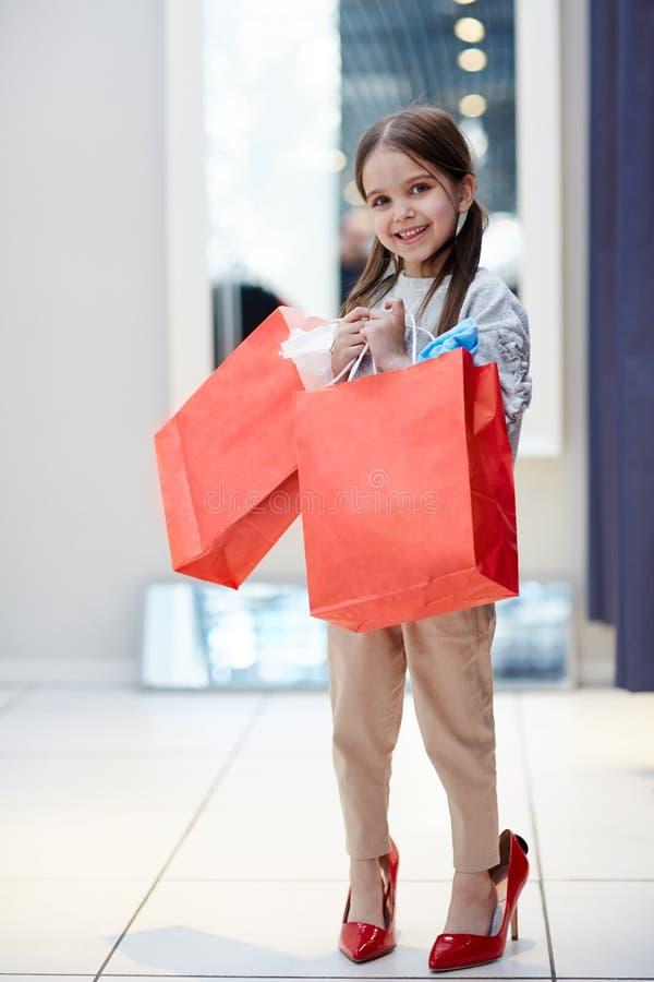 Menina alegre com sacos de compra fotografia de stock royalty free