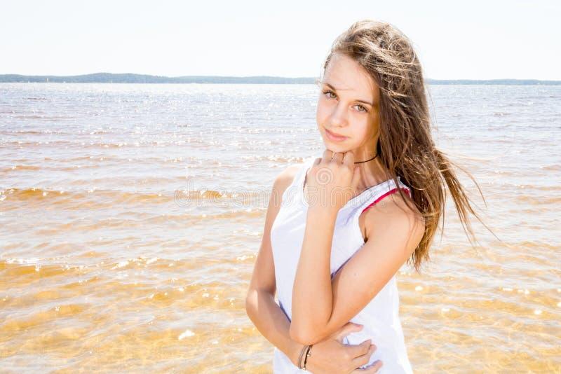 Menina alegre do adolescente na costa no verão das férias fotos de stock