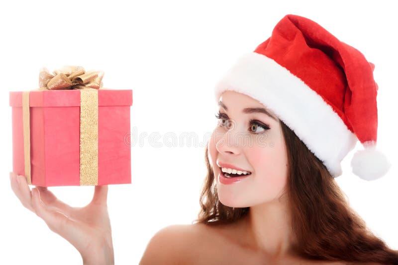 Menina alegre do ajudante de Santa com uma caixa de presente. fotografia de stock
