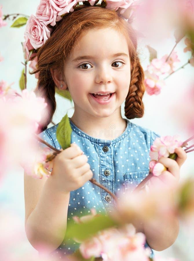 Menina alegre do litlle que guarda um ramo fotos de stock