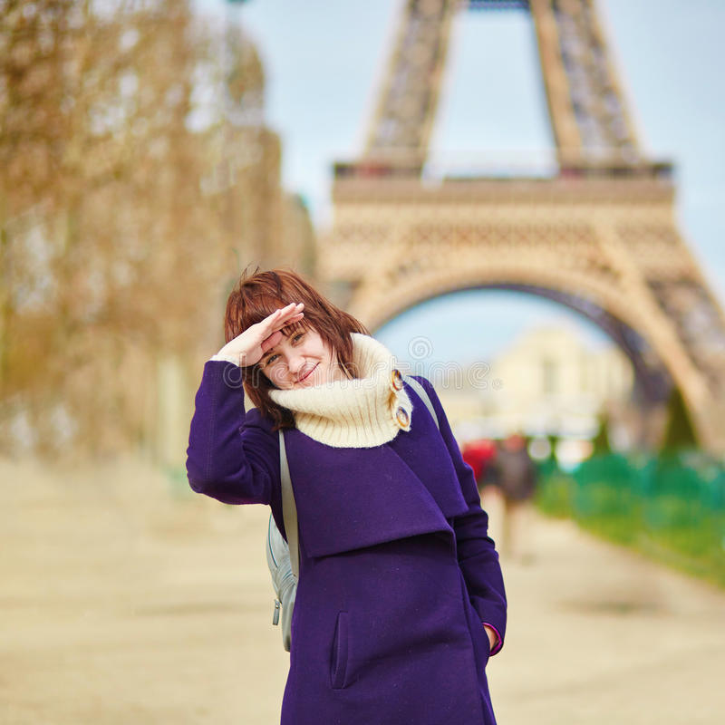 Download Menina Alegre Em Paris Próximo Foto de Stock - Imagem de menina, destino: 65576136