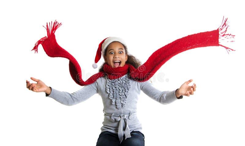 Menina alegre em um lenço e em um chapéu vermelhos de Santa Claus Retrato do inverno de meninas adolescentes alegres imagem de stock royalty free