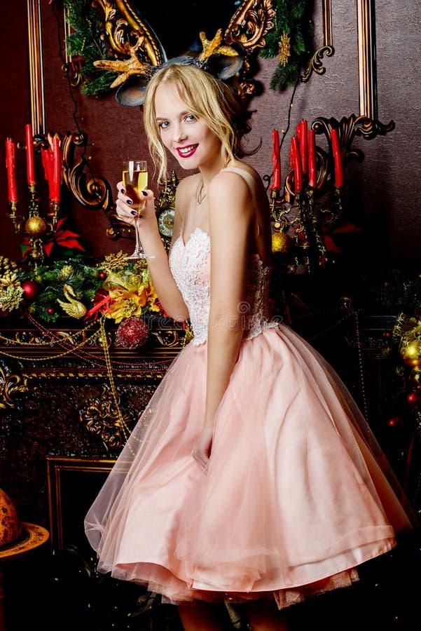 A menina alegre está bebendo o champanhe imagens de stock royalty free