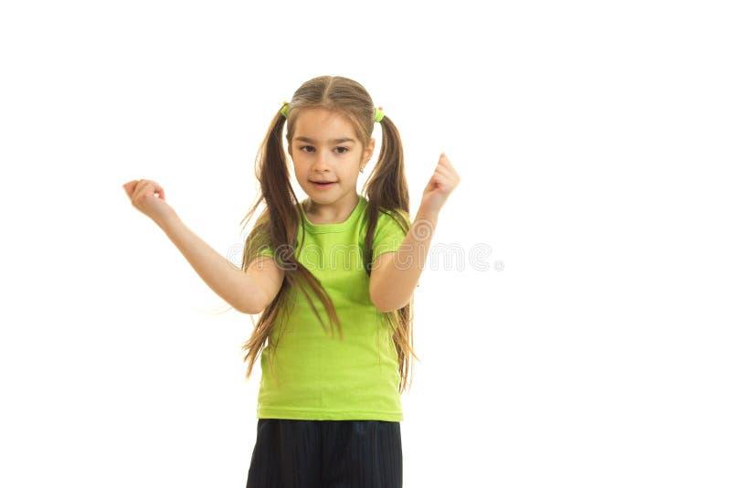 Menina alegre na camisa verde que levanta na câmera fotografia de stock
