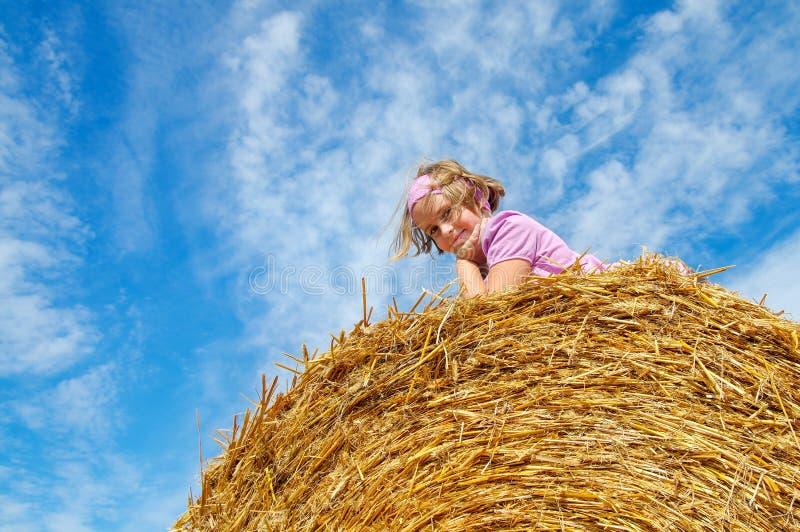 Menina alegre no fundo do céu fotografia de stock