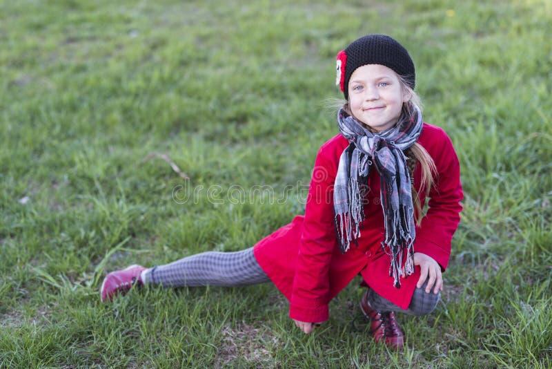 Menina alegre no gramado fotos de stock