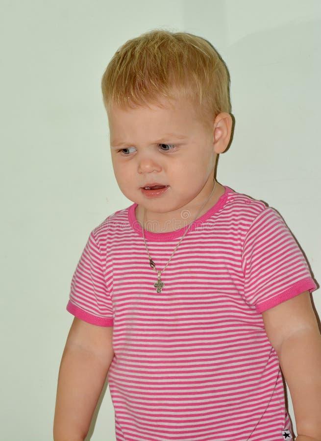 Menina alegre pequena loura em casa fotografia de stock royalty free