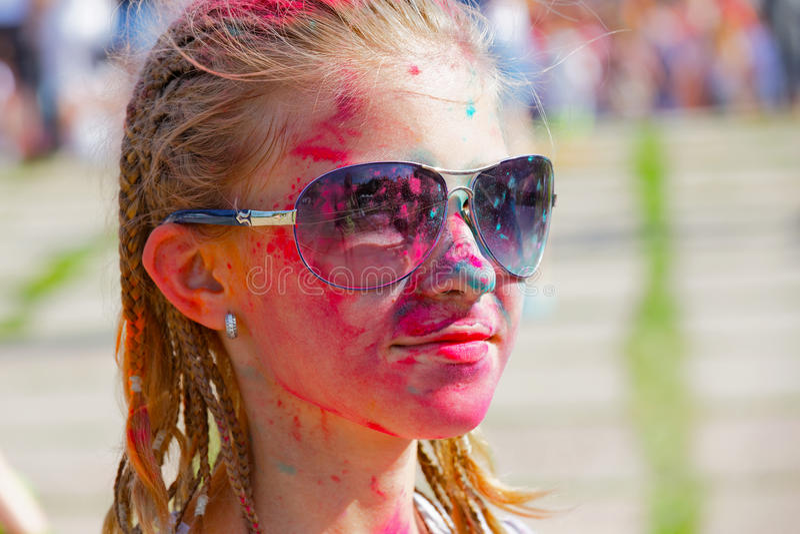 Menina alegre polvilhada com a pintura seca imagem de stock