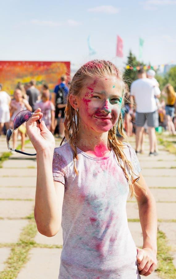 Menina alegre polvilhada com a pintura seca foto de stock royalty free