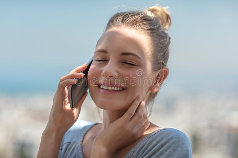 Menina alegre que fala no telefone foto de stock royalty free