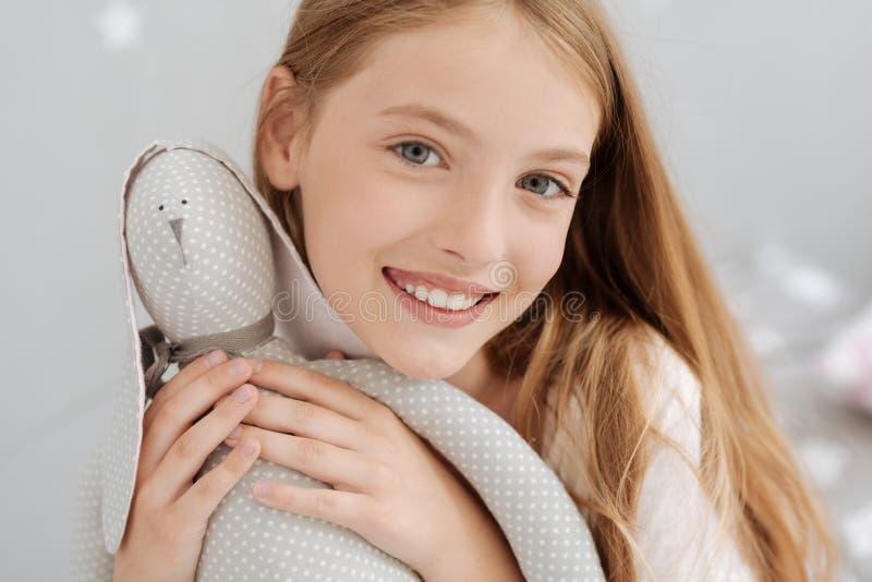 Menina alegre que levanta com brinquedo feito a mão fotografia de stock
