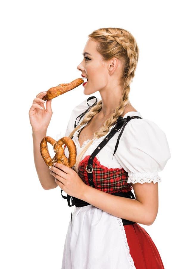 Menina alemão que come pretzeis imagens de stock