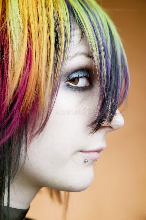 A menina alternativa com multi-colred cabelo olha acima foto de stock