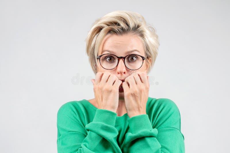 Menina amedrontada, receosa de algo A mulher treme do medo fotos de stock