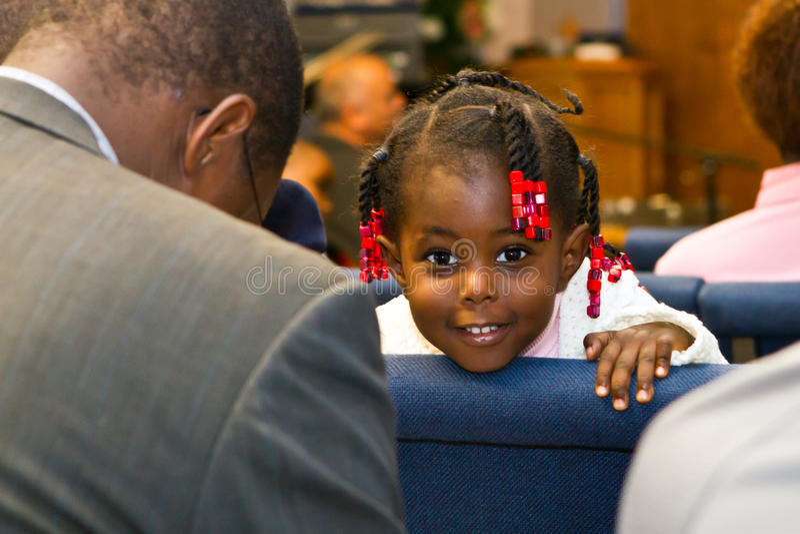 Menina americana do Kenyan na igreja foto de stock royalty free