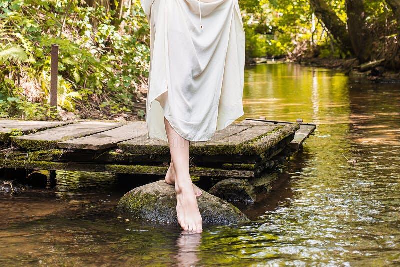 A menina anda na água do rio imagem de stock royalty free