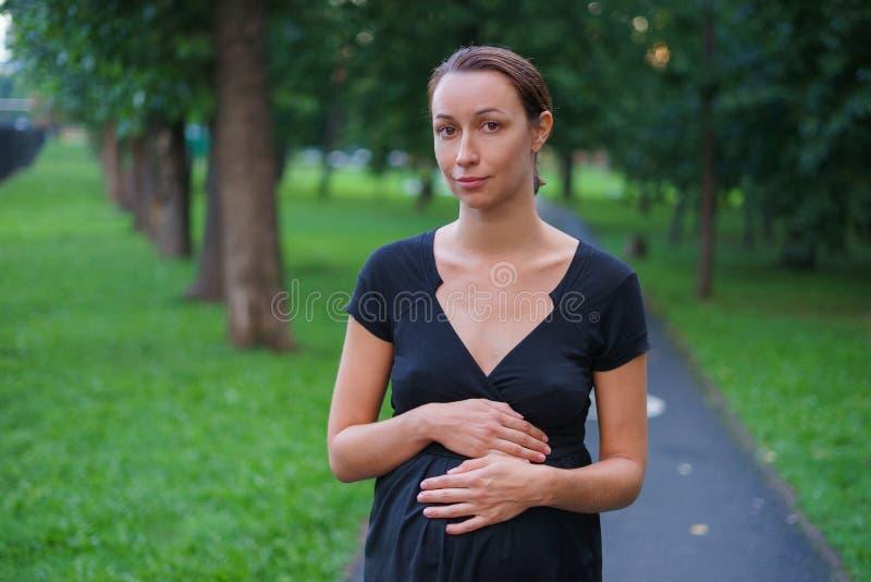 A menina anda no parque da noite imagem de stock royalty free