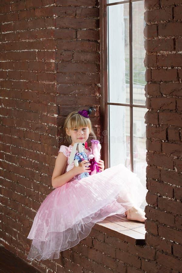 Menina 6 anos velha com brinquedos caseiros imagens de stock
