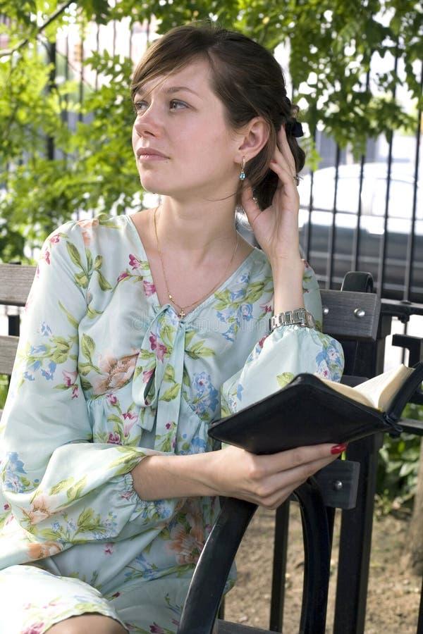 Menina ao ar livre com a Bíblia imagem de stock