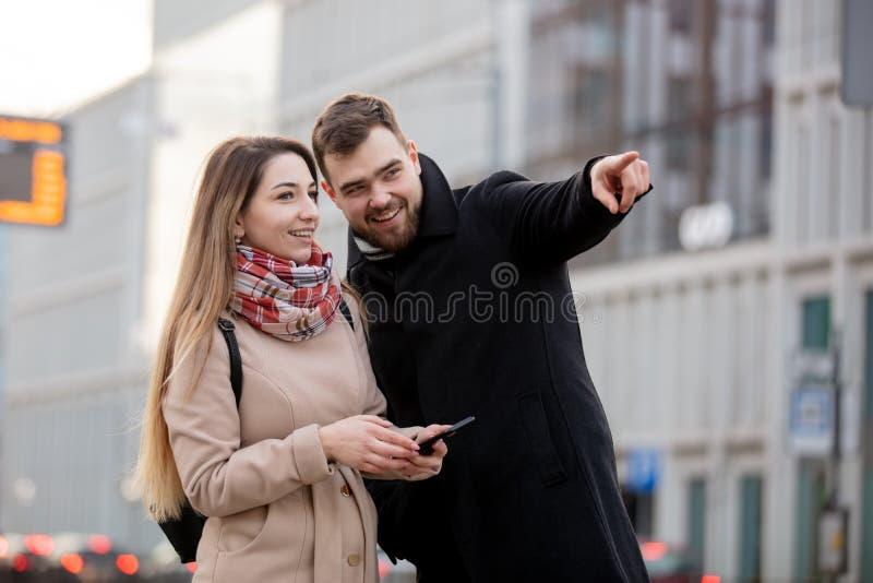 Menina aponta o caminho para um turista foto de stock royalty free
