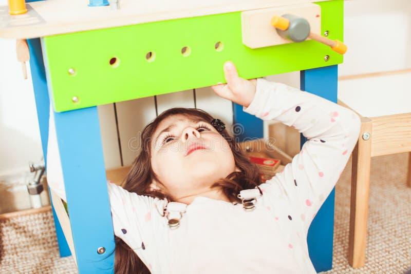 A menina aprecia consertar foto de stock