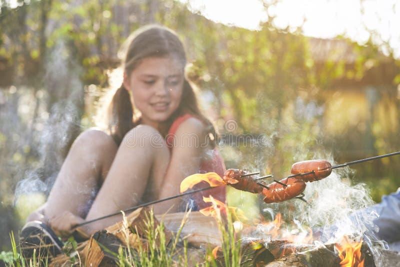 A menina aprecia a fogueira fotografia de stock