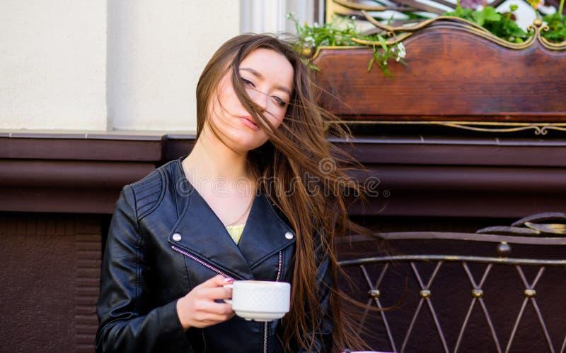 A menina aprecia o caf? da manh? Caf? da bebida da mulher fora Momento inspirador calmo A menina relaxa no copo do cappuccino do  imagem de stock royalty free
