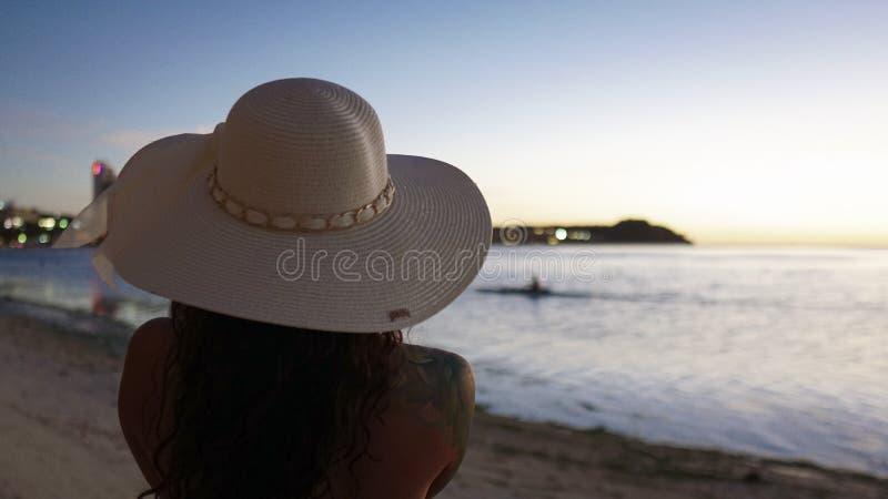 A menina aprecia a opinião o Paddler da praia imagem de stock