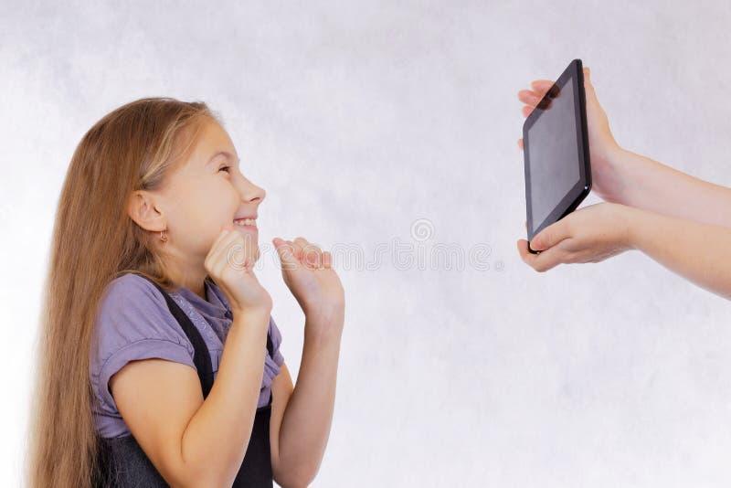 A menina aprecia a tabuleta nova imagem de stock