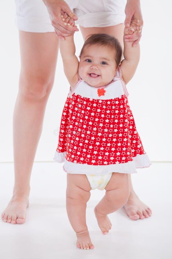 A menina aprende andar com mamã fotos de stock