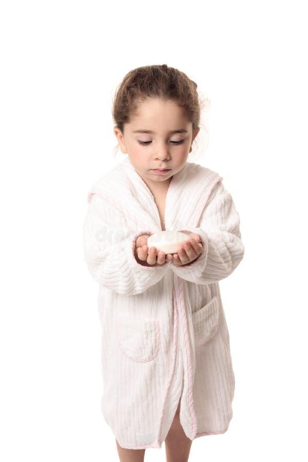 Menina aproximadamente para lavar suas mãos com sabão fotografia de stock