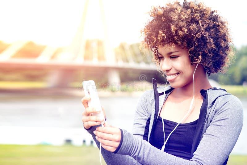 Menina apta com o levantamento do afro exterior fotos de stock