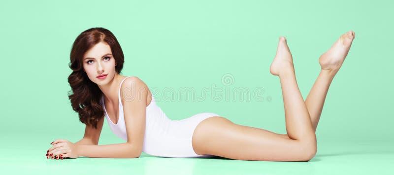 Menina apta e desportiva no roupa interior Mulher bonita e saudável que levanta no roupa de banho branco foto de stock