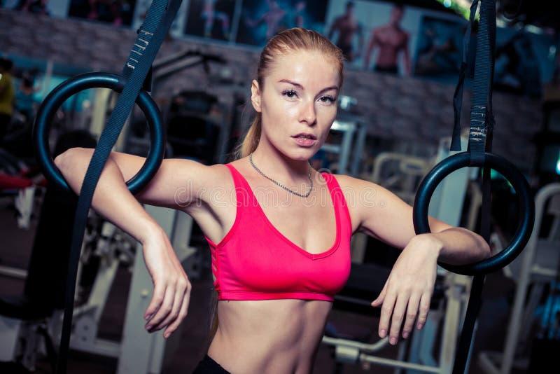 A menina apta que exercita na ginasta soa no gym imagens de stock