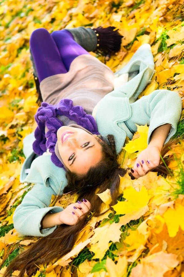 Menina arménia no parque do outono foto de stock royalty free