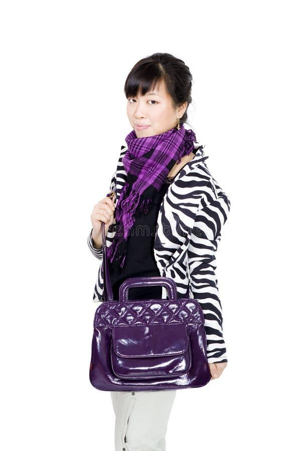 Menina asiática à moda com saco e o lenço roxos imagens de stock