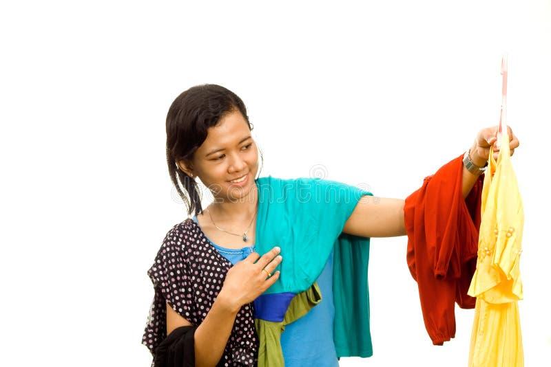 A menina asiática étnica escolhe um equipamento fotos de stock