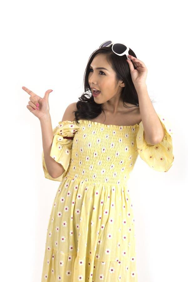 Menina asiática bonita com o vestido floral amarelo para a mola ou o summ fotos de stock royalty free