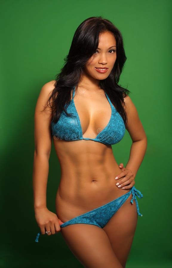 Menina asiática bonita em um biquini (2) foto de stock