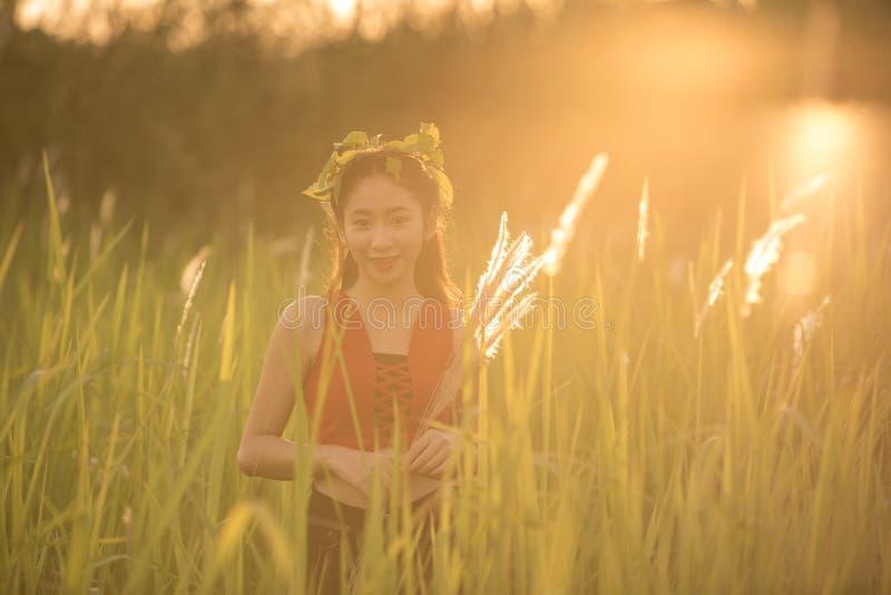 Menina asiática bonita feliz que aprecia a natureza fotografia de stock royalty free