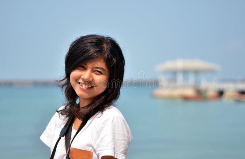 Menina asiática bonita no beira-mar fotos de stock