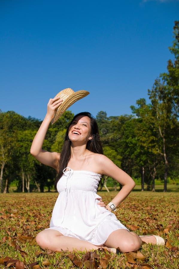 Menina asiática bonita no parque