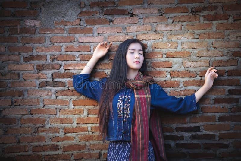 Menina asiática bonita no traje simples tradicional do vestido, fotos de stock